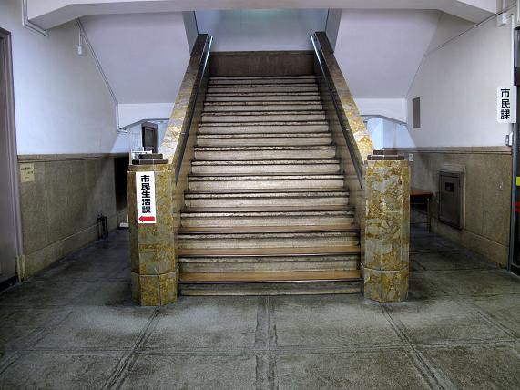 大理石っぽい階段.JPG