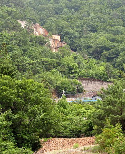 尾平鉱山貯鉱庫.JPG