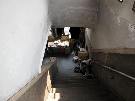 屋上までの階段は物置です.JPG
